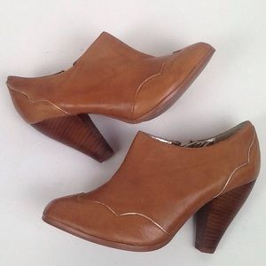 Leather tan ankle boot with western flair/size 8